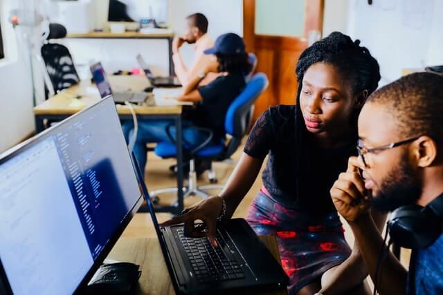 Personnes en formation derrière un ordinateur